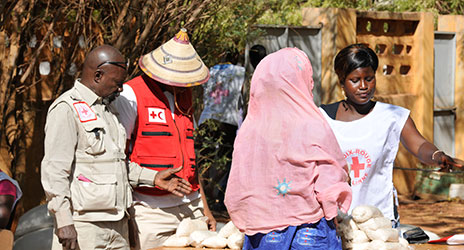 Volunteers at a food distribution centre at the Malian Red Cross headquarters in Sévaré in the region of Mopti.