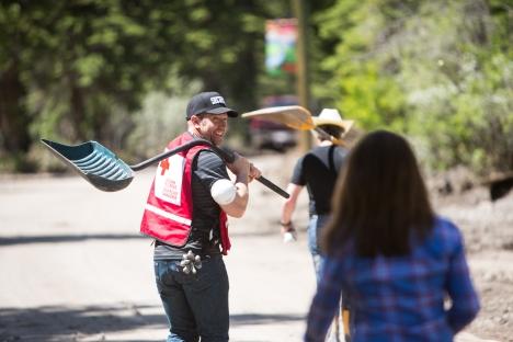 Sheldon Kennedy helps Red Cross
